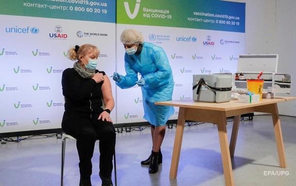 В Україні перша людина отримала дві дози COVID-вакцини