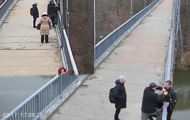 У Житомирі перехожі врятували на мосту чоловіка