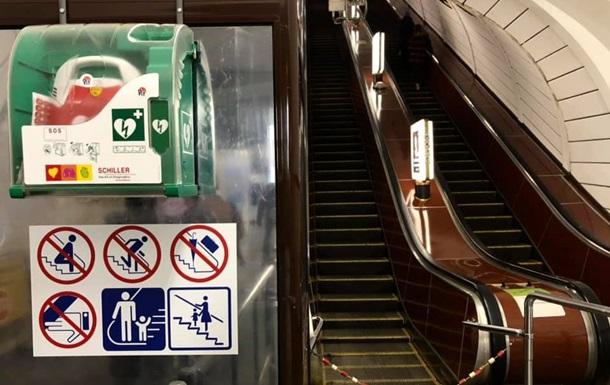 У метро Києва реанімували чоловіка