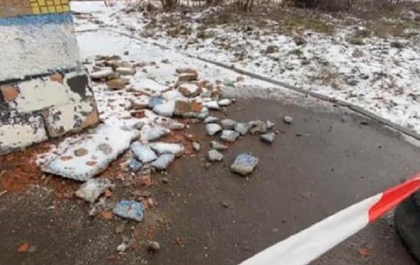 У Рівному на зупинці на голову чоловікові впав шматок бетону