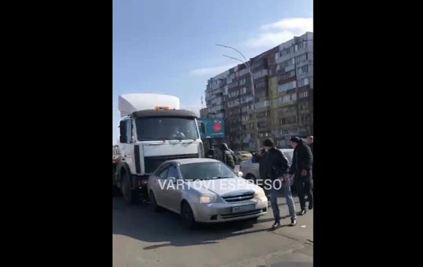У Києві блокували вантажівку через демонтаж МАФів