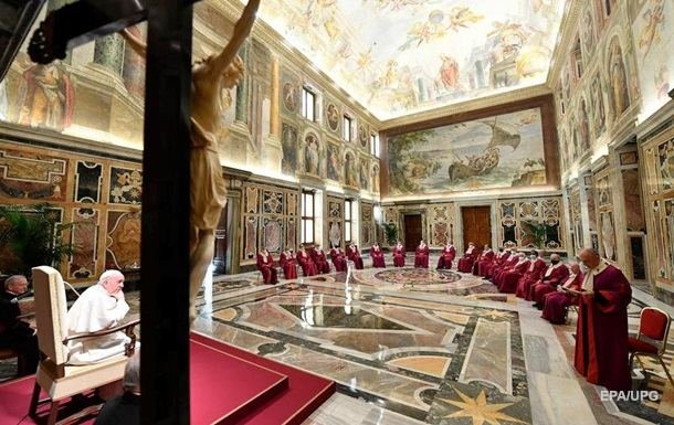 Папа Римский снизил зарплаты священникам