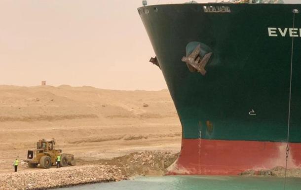 Из Суэцкого канала не могут освободить застрявшее судно
