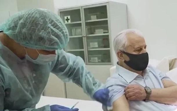Леоніда Кравчука вакцинували в прямому ефірі