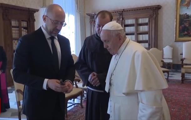 Шмигаль подарував Папі Римському символ Голодомору