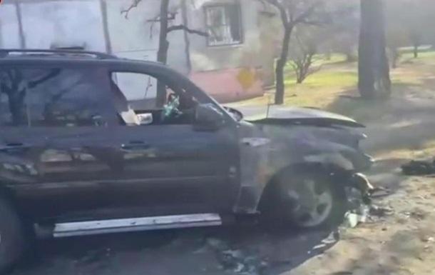 В Киеве сожгли паркующийся на газоне внедорожник