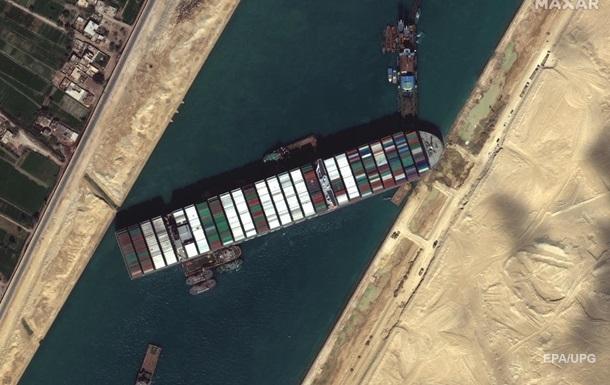 Вказано число суден, що простоюють у Суецькому каналі