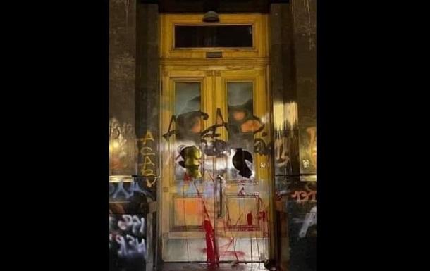 Офісу президента запропонували викупити двері будівлі - соцмережі