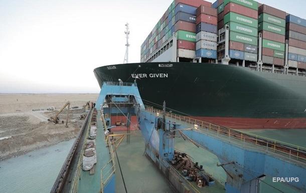 У Суецькому каналі з мілини зняли контейнеровоз