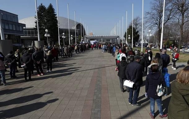 Бесплатная вакцинация в Сербии: иностранцы выстроились в огромные очереди