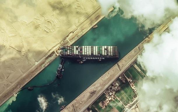 Снятый с мели контейнеровоз начал движение по Суэцкому каналу