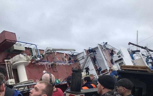 У Санкт-Петербурзі на заводі перекинувся корабель