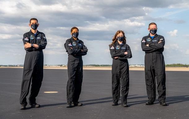 SpaceX представила первый гражданский экипаж для полета в космос