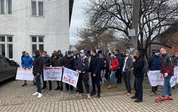 Біля ОВК зібралися мітинги за Вірастюка і Шевченка