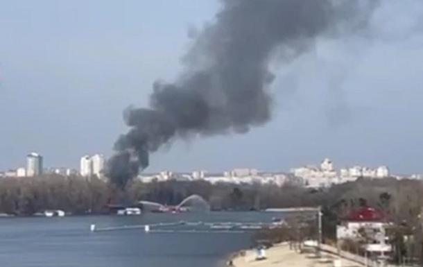 У Києві загорілися плавучі дачі