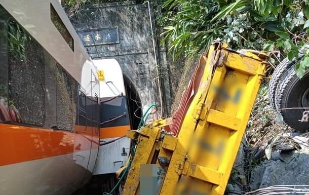 На Тайвані зійшов з колії пасажирський поїзд, є жертви