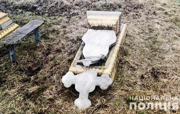 У Вінницькій області двоє підлітків пошкодили вісім пам ятників