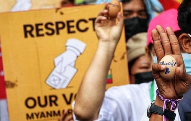 В Мьянме митингующие распространяли протестные призывы на пасхальных яйцах