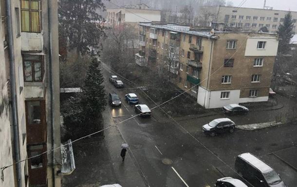Во Львове падает апрельский снег