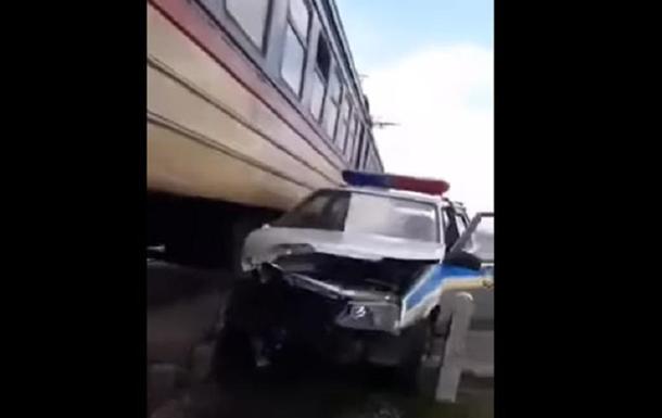 Пригородная электричка протаранила авто полиции