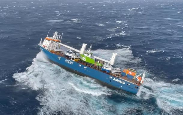 З явилося відео порятунку людей із дрейфуючого судна