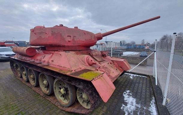 Житель Чехії близько 30 років зберігав удома рожевий танк і артустановку