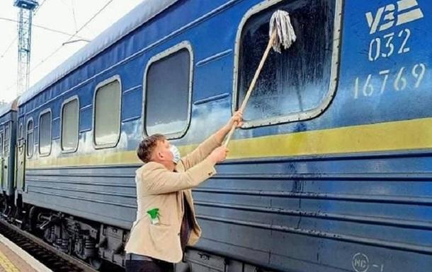 Убирать УЗ нелегко : возмущенный грязью иностранец помыл окно поезда