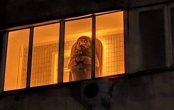 На балконе киевской многоэтажки заметили  египетский саркофаг
