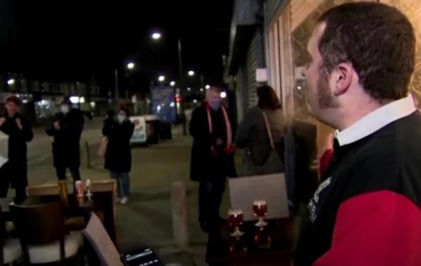 В Британии очереди в бары после ослабления карантина
