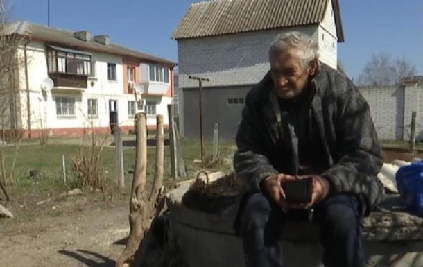 Під Києвом пенсіонер живе в залізній будці