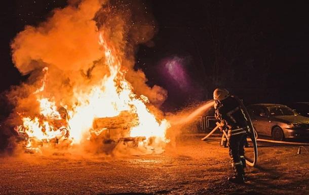 В Киеве ночью сгорели три автомобиля