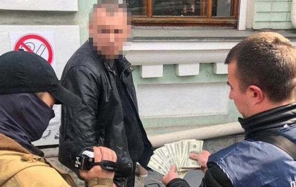 В Киеве на взятке в $2 тысячи задержан чиновник полиции