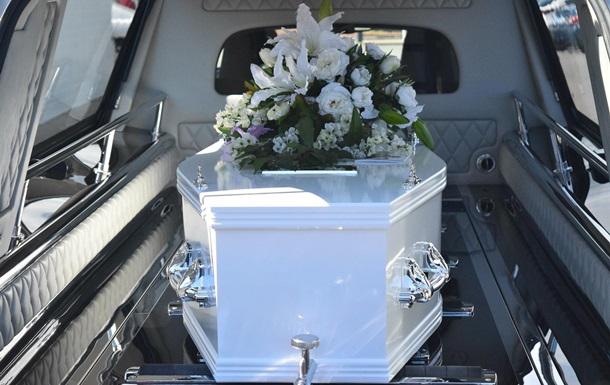 У Китаї інсценували кремацію покійного, якого поховали в труні