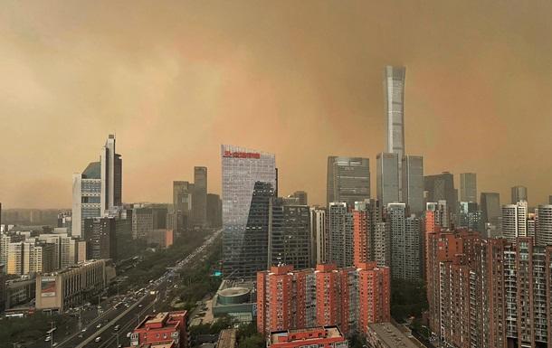 Небо над Пекином пожелтело от песка