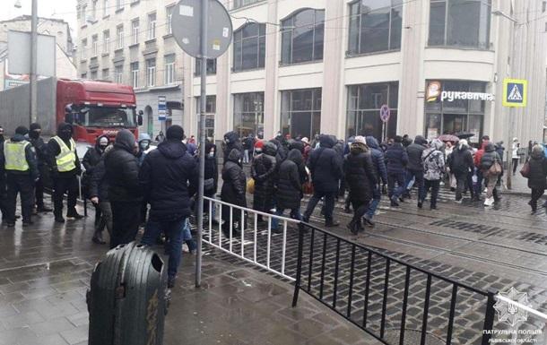 Во Львове протестующие против карантина предприниматели перекрыли движение