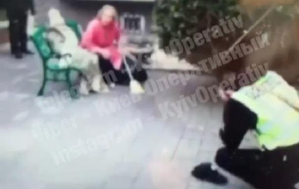 Під Києвом поліцейського травмували мітлою