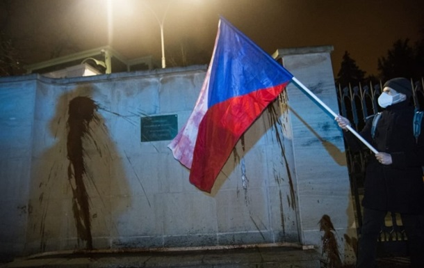 В Праге облили посольство России кетчупом