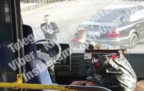 На трасі під Києвом водій обстріляв маршрутку