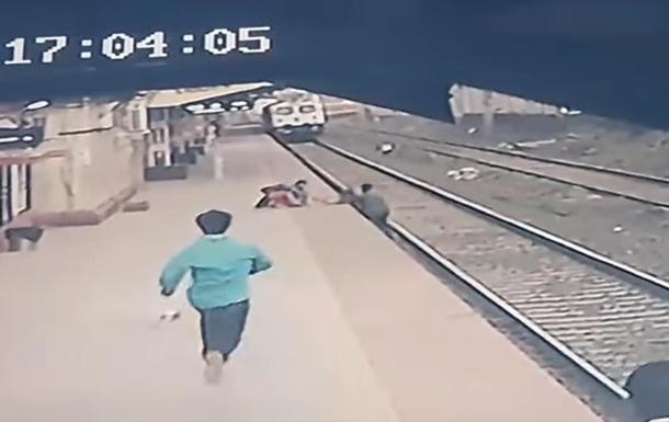 В Індії залізничник врятував дитину