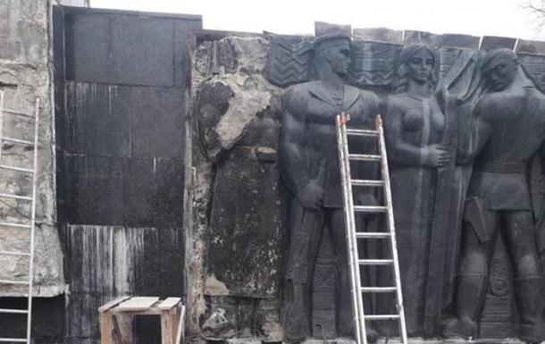 У Львові демонтують радянський монумент Слави