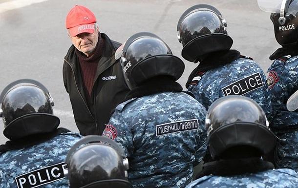 У Вірменії опозиціонери прикували себе до дверей будинку уряду - ЗМІ