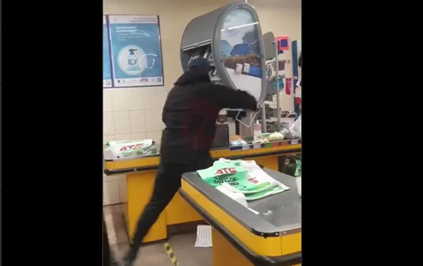 В Мариуполе мужчина разгромил магазин топором. 18+