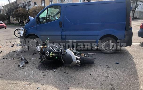 В Бердянске мотоцикл столкнулся с микроавтобусом, трое пострадавших