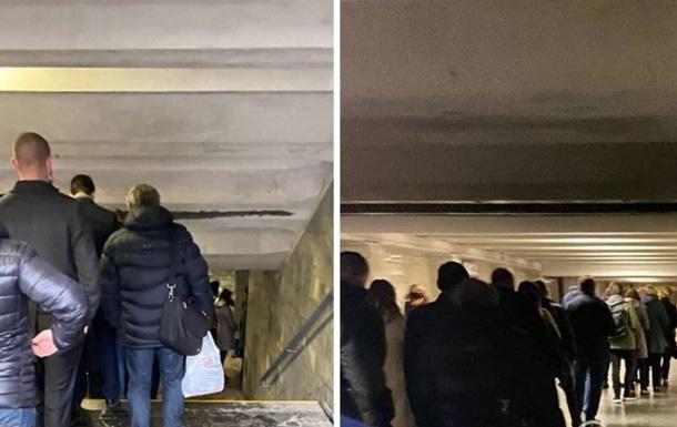На фото показали величезну чергу в метро Києва
