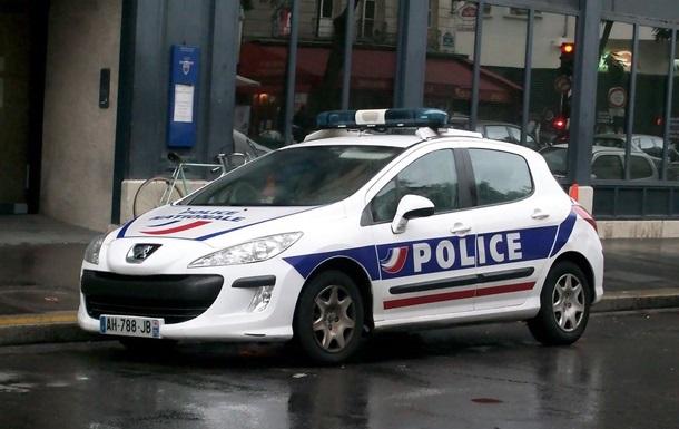 Под Парижем вандалы разбили полицейские авто и размазали по ним краску