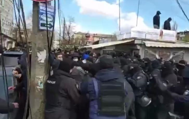 В Киеве сносят МАФы, возникли потасовки