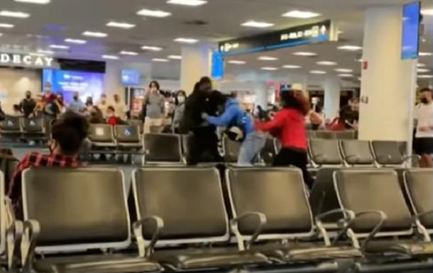 Драку пассажиров в аэропорту Майами сняли на видео