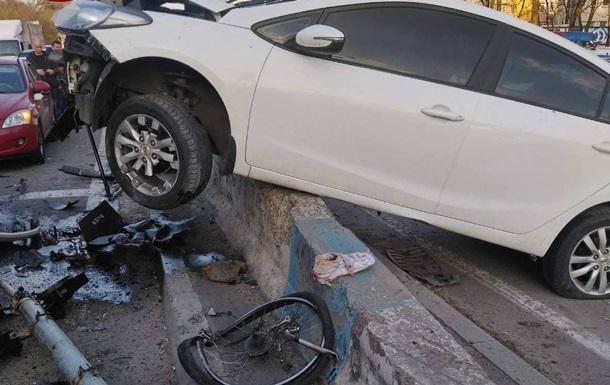 В Киеве произошло серьезное ДТП при участии велосипедиста