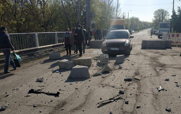 У Слов янську авто знесло бетонний блок на мосту