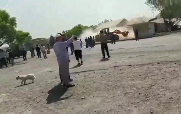 Таджики на бульдозерах разрушили дома киргизов